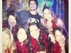 Caio Castro posta foto cercado por mulheres: 'Rei do cabaré'