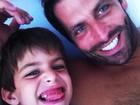 Henri Castelli posta foto ao lado do filho: 'Não aguento de saudade'