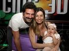 Iran Malfitano vai a festa infantil com a mulher e a filhinha de nove meses