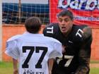Alexandre Frota leva família para assistir jogo de futebol americano