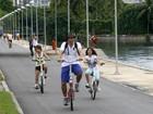 Heitor Martinez pedala com as filhas na orla do Rio