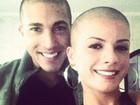 Namorado de Babi Rossi também raspa cabeça em apoio à Panicat