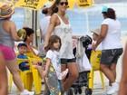 Cynthia Howlett curte feriado com a a filha Manuela na orla do Rio