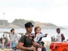 Sidney Sampaio passeia com o filho pela orla do Rio