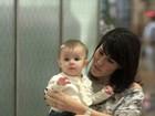 Fernanda Pontes ensina a filha a dar tchau para paparazzo