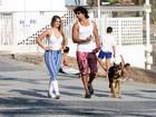 Jesus Luz passeia com a namorada, Bianca Palhano, na orla do Rio