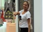 De shortinho, Valesca Popozuda faz compras em shopping