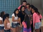 Murilo Rosa é cercado por mulheres em aeroporto carioca