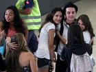 Pe Lanza é agarrado por fãs em aeroporto do Rio