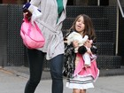 Pirraa? Suri Cruise mostra a lngua para Katie Holmes durante passeio