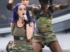 De shortinho, Katy Perry quase mostra demais em programa de TV