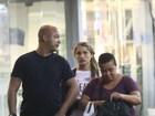 Sasha faz compras no Rio acompanhada da babá