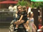 Flávia Alessandra passeia com a filha em shopping do Rio