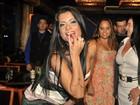 Ausência de amigas famosas não abala humor de Dani Sperle em festa