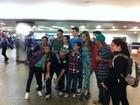 Ex-BBB Monique é recebida por fãs em aeroporto de São Paulo