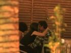 Marcos Pasquim troca beijos com morena em restaurante carioca