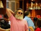 José de Abreu faz alongamento em aeroporto e mostra barriguinha