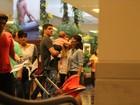 Filha tira os óculos de Fernanda Pontes em brincadeira no shopping