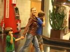 Carolina Dieckmann vai ao cinema com os filhos no Rio