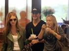 Klebber Toledo toma sorvete com Marina Ruy Barbosa e a sogra no Rio