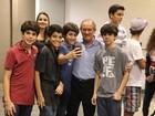 Renato Aragão vai com a família ao cinema e posa com fãs