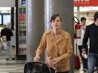 Bebê a bordo: Letícia Birkheuer encara aeroporto com o filho