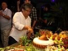 Marlene Mattos ganha bolo de cangaceira no aniversário