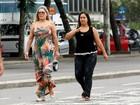 Vera Fischer mostra quilinhos a mais em caminhada no Rio