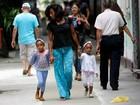 Glória Maria passeia com as filhas pelas ruas do Leblon