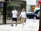 Sem Dom, Luana Piovani passeia com o marido no Rio