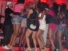 Bendito fruto: Naldo é cercado por mulheres e 'seduz' fã em show