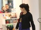 Mel Lisboa exibe barriguinha de grávida em aeroporto carioca
