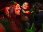 Carol Castro dança nos embalos de Bruno Mazzeo em festa no Rio