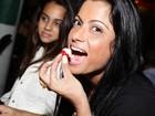 Dani Sperle ganha festa surpresa de amigos em pub carioca