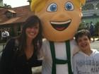 Ex-BBB Talula viaja com o filho para parque de diversões