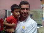 Ex-BBB Yuri visita as crianças do GRAAC em Manaus