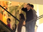 William Bonner e Ftima Bernardes vo a shopping com os filhos