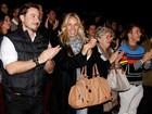 Adriane Galisteu vai ao teatro com o marido e a mãe
