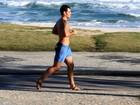 Tênis? Juliano Cazarré, de 'Avenida Brasil', corre de sandália de tiras