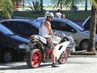 Ex-BBB Yuri passeia de moto pelas ruas da Zona Oeste do Rio de Janeiro