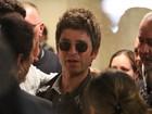Cercado de fãs, Noel Gallagher desembarca em aeroporto no Rio