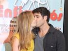Fernanda Rodrigues ganha beijo do marido ator após peça de teatro