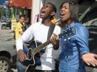 Jefferson e Suellen cantam 'Para Nossa Alegria' no meio da rua