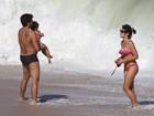 Juliana Knust exibe boa forma em dia na praia com o filho