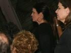 Malu Mader exibe curativo no cotovelo durante show do marido