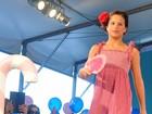 Claudia Raia paparica a filha em desfile: 'Ela entrou sem vergonha'