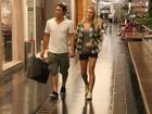 Casal colírio: Fiorella Mattheis e Flávio Canto passeiam em shopping