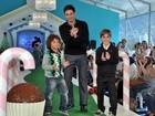 Ricardo Tozzi desfila com crianças no Rio: 'Tenho a mesma idade mental'