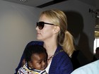 Charlize Theron mostra o rostinho do filho pela primeira vez