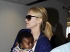 Charlize Theron mostra o rostinho do filho pela primeira vez
